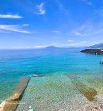 Capri. Il Mare cristallino con il Vesuvio come sfondo é una Cartolina