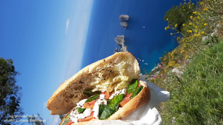 """Capri. """" La Vita é Bella"""" un Panino alla Caprese dal Monte Solaro con vista Faraglioni"""