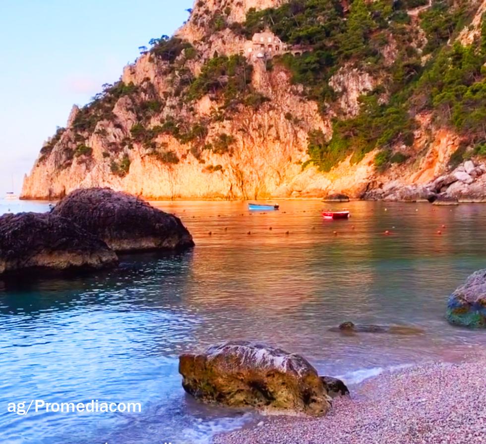 Capri. Il mare cristallino di Marina Piccola con le prime luci dell'alba é uno Spettacolo (VIDEO)