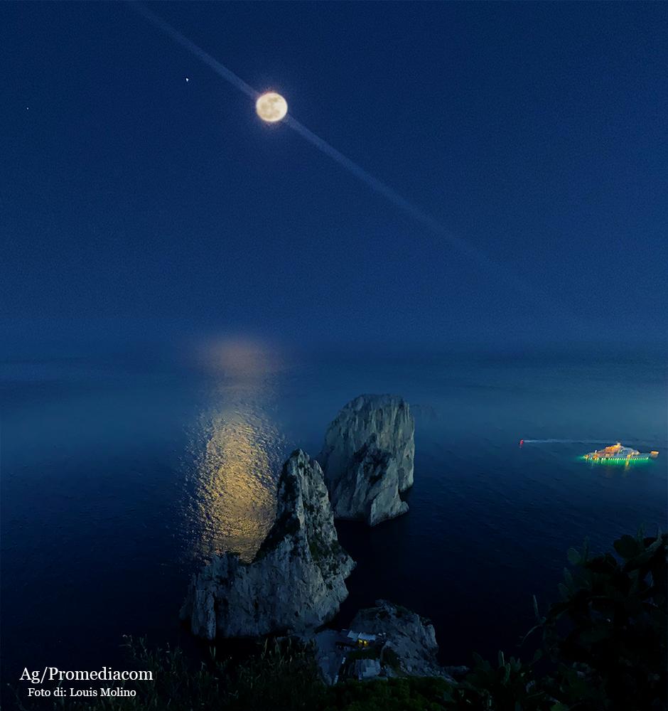 Capri. La Luna sospesa come in un'altalena tra Cielo e Mare, il plenilunio di fine Agosto é uno spettacolo